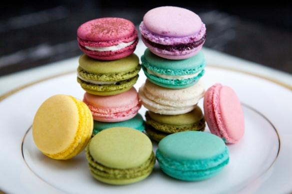 multicolor-wedding-dessert-macarons